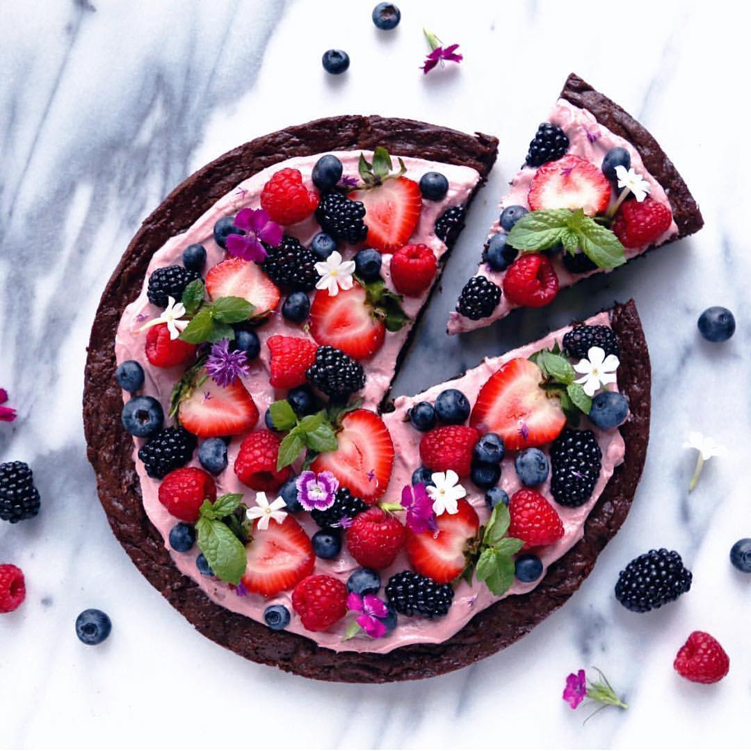 Fruitige brownie pizza